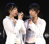 最後のAKB48劇場公演で涙ながらにあいさつする生駒里奈と見守る渡辺麻友(C)AKS