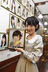 AKB48メンバーの証だった劇場の壁掛け写真を外した生駒里奈(C)AKS