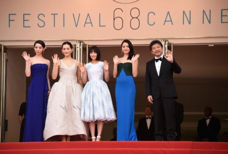 『海街diary』公式上映前のレッドカーペットに出席した(左から)夏帆、綾瀬はるか、広瀬すず、長澤まさみ、是枝裕和監督