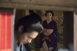 大河ドラマ『花燃ゆ』は禁門の変へつながる激動の展開が始まる。京都で久坂玄瑞(東出昌大/手前)は芸妓・辰路(鈴木杏/奥)と出会い新たな波乱が巻き起こる(C)NHK