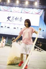 『第2回AKB48大運動会』罰ゲームで撤収作業をしたチームAの横山由依 (C)AKS