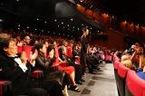 カンヌ国際映画祭の公式上映で拍手を浴びる映画『あん』の河瀬直美監督(C)LESLIE KEE