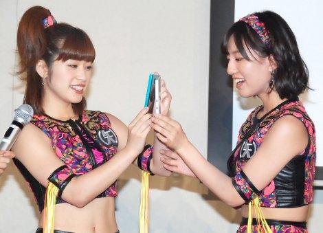 富士通ユビキタスプロダクトビジネスグループの新商品発表会に出席した(左から)仙石みなみ、関根梓 (C)ORICON NewS inc.