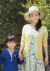 5月21日放送のテレビ朝日系ドラマ『アイムホーム』第6話より。別荘地でのロケは晴天に恵まれ、笑顔の上戸彩と子役の高橋來 (C)ORICON NewS inc.