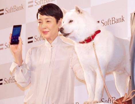 『ソフトバンク記者発表会』に出席した(左から)樋口可南子、白戸家のお父さん犬 (C)ORICON NewS inc.