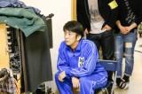 自身の演技を真剣にチェックする堀内健(C)NHK