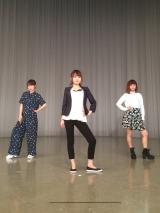 『紺野、今から踊るってよ』でダンスを披露する(左から)高橋愛、紺野あさ美アナウンサー、新垣里沙 (C)テレビ東京