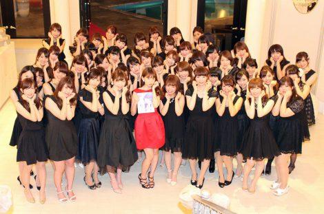 サムネイル 女性ファン50人とともに写真集の表紙と同じ表情でフォトセッションを行った小嶋陽菜 (C)ORICON NewS inc.