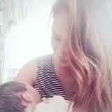 生まれたばかりの子を愛おしそうに抱く矢野安奈