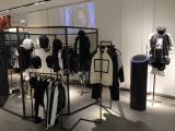 YGエンタテインメントは新規事業としてファッションブランドを展開。3Dホログラムや化粧品開発などに続く新規事業として注目を集める