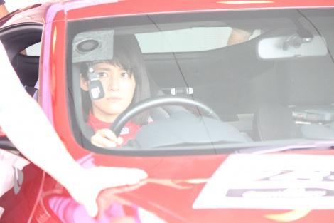 車両検査中、真剣な眼差しの福田彩乃
