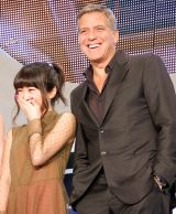 ジョージ・クルーニー(左)のジョークに笑う志田未来(右)=映画『トゥモローランド』ジャパンプレミア(C)ORICON NewS inc.