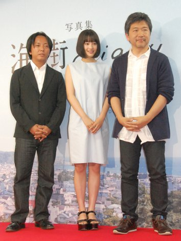 映画『海街diary』写真集発売記念イベントに出席した瀧本幹也氏、広瀬すず、是枝裕和監督 (C)ORICON NewS inc.