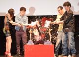 エレキギターで鏡割りをした(左から)渋川清彦、水野絵梨奈、染谷将太、村上淳 (C)ORICON NewS inc.