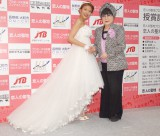 『第9回 全国プロポーズの言葉コンテスト2015』授賞式に出席した(左から)大石参月、桂由美氏 (C)ORICON NewS inc.