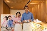 和菓子屋で1日店長を務めた山川豊と水森かおり
