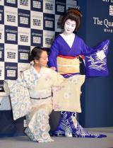京都祇園舞妓の真生さん(右)とお気に入りのポーズを披露した浅田真央(左)=『エアウィーヴ』新CM発表会 (C)ORICON NewS inc.
