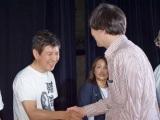 初日舞台あいさつで行われた、サイン入りパンフお渡し会で一人ひとりにあいさつする関根勤 (C)ORICON NewS inc.