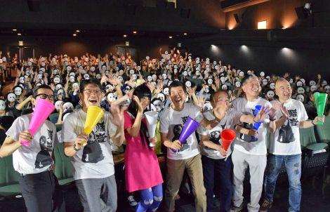 初日舞台あいさつに訪れた観客と記念撮影 (C)ORICON NewS inc.
