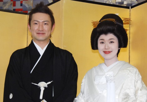 初めてのツーショットを披露した(左から)中村獅童、妻・沙織さん=披露宴前の囲み取材 (C)ORICON NewS inc.