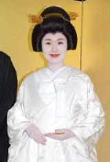 報道陣の前で初めて紹介された妻・沙織さん (C)ORICON NewS inc.