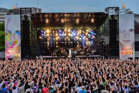 1万5000人の大観衆がこぶしを突き上げて熱狂