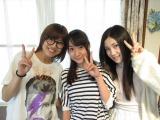 SKE48チームSの宮澤佐江(左)と北川綾巴(右)が一色嶺奈(中央)宅を家庭訪問 (C)AKS