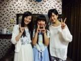 NMB48チームNの上西恵(左)と須藤凜々花(右)が本郷柚巴(中央)宅を家庭訪問 (C)AKS