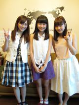 HKT48チームHの坂口理子(左)と穴井千尋(右)が松岡はな(中央)宅を家庭訪問 (C)AKS