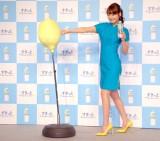 CMのシーンにちなみ、レモンにパンチする佐々木希=『アサヒすきっとレモン』新商品&新CM発表会 (C)ORICON NewS inc.