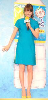 早着替えを終えて登場した佐々木希=『アサヒすきっとレモン』新商品&新CM発表会 (C)ORICON NewS inc.
