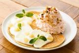 ヨーグルトソースの上にアロエと白桃を盛り付けた横浜山下公園店3周年Anniversary『Ekolu(エコル)パンケーキ』