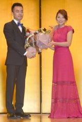 『第33回向田邦子賞』に選出された前田司郎氏(左)を祝福した田中麗奈(右) (C)ORICON NewS inc.