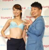女性用下着のPRイベントにタジタジの宮迫博之(右)と第23代目『トリンプ・イメージガール』の永田レイナ(左) (C)ORICON NewS inc.