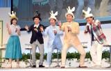 「ヤー!」とお馴染みのポーズを決めた(左から)本田翼、有吉弘行、寺門ジモン、肥後克広、上島竜兵 (C)ORICON NewS inc.