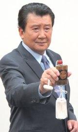 印ろう片手におなじみのポーズを決める里見浩太朗 (C)ORICON NewS inc.