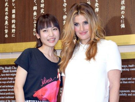 武道館で再共演した(左から)神田沙也加、イディナ・メンゼル=世界ツアー『IDINA MENZEL WORLD TOUR 2015』 (C)ORICON NewS inc.