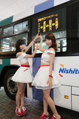 お披露目された総選挙当日臨時バスの行き先案内LED(左から)柏木由紀、指原莉乃(C)AKS