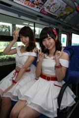 『西鉄バス 総選挙当日臨時バス行き先案内LED〜AKB48総選挙ver〜お披露目』イベントに出席した(左から)柏木由紀、指原莉乃(C)AKS