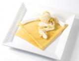 旬の白桃がクレープに!『白桃 生クリーム バニラジェラート クレープ』(税込600円)