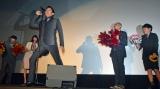 ノリノリで熱唱する鈴木亮平に、共演者たちは大爆笑しながら応援する (C)ORICON NewS inc.