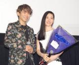 声優デビューを飾ったNAOTO(左)から青いバラの花束を贈呈された坂本真綾 (C)ORICON NewS inc.