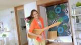 木さじでエアギターを披露する松下奈緒(明治クリーミースム〜ス 新CM「ふわっといこう!」篇より)