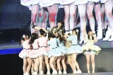HKT48メンバーに胴上げされた指原莉乃は思わず悲鳴(C)AKS