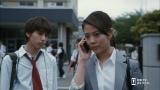 女性記者を演じる高畑充希(右)