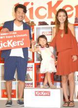 初めて家族3人でイベントに登壇した(左から)藤本敏史、莉々菜ちゃん、木下優樹菜 (C)ORICON NewS inc.