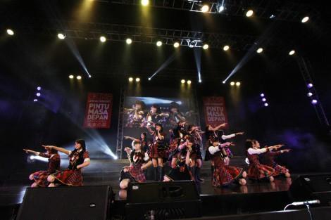 インドネシア・ジャカルタでメンバー76人が総出演したJKT48のコンサートの模様(C)JKT48Project