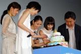(左から)サプライズでケーキを用意した綾瀬はるかと、ケーキを試食する夏帆、長澤まさみ、広瀬すず、是枝裕和監督 (C)ORICON NewS inc.