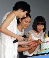 (左から)『海街diary』初日舞台あいさつで、綾瀬はるかの手作りケーキを試食する夏帆、長澤まさみ、広瀬すず (C)ORICON NewS inc.