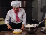 サプライズでケーキを用意した綾瀬はるか(C)2015 吉田秋生・小学館/フジテレビジョン 小学館 東宝 ギャガ